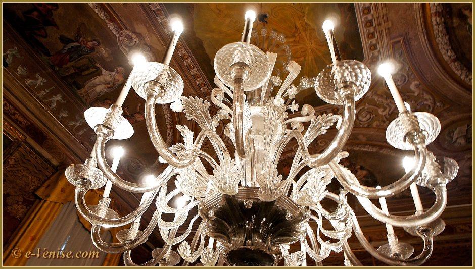 le mus e querini stampalia lustres et porcelaines dans le castello venise e. Black Bedroom Furniture Sets. Home Design Ideas