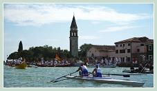 La Vogalonga au passage de l'île de Mazzorbo, dans la lagune Nord de Venise.